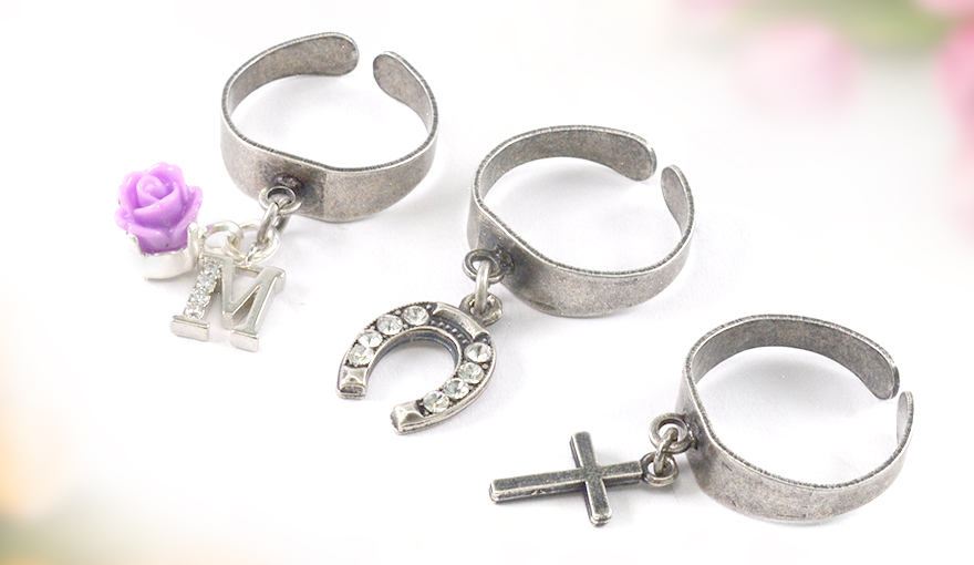 Hanging charms ring