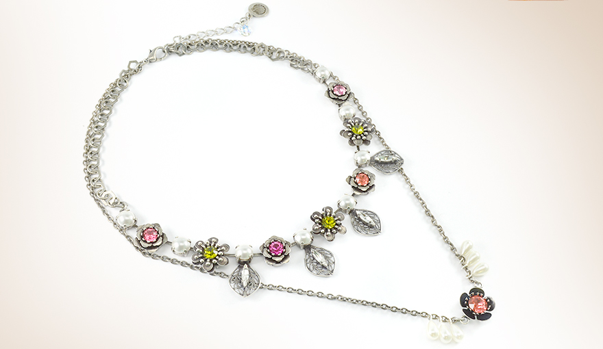 Metal flowers and pearls necklace