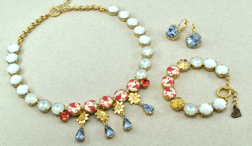 Bright colors jewelry set for a casual look