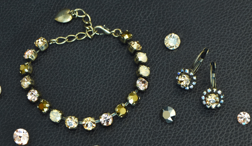 Golden shadow and peach jewelry inspiration