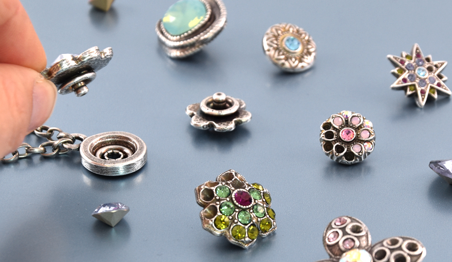 A variety of metal casting replaceable pendants