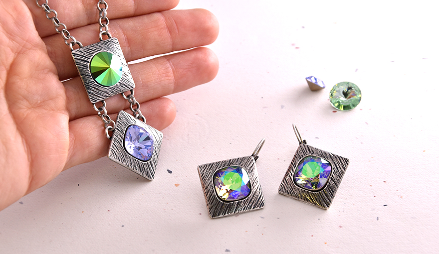 Square shape stone settings with one SW crystal in the center