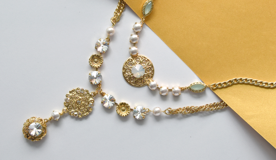 The vintage beauty of Gold & Pearls look